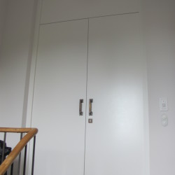 2-flg. Wohnungsabschlusstür mit Oberblende in Lack weis. Schallschutztür mit mit integriertem Türschließer, 3-Fach-Schloss und Bandseitensicherung.